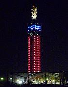 ピンク色にライトアップされたセリオン・タワー